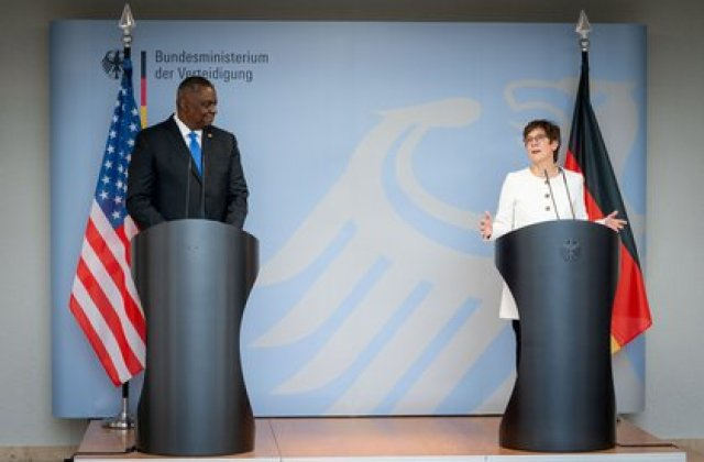 El secretario de Defensa de EEUU Lloyd Austin se reunió en Berlín con su homóloga alemana, Annegret Kramp-Karrenbauersu (Kay Nietfeld/Pool via REUTERS)