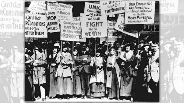 El 8 de marzo de 1875, cientos de trabajadoras de una fábrica textil, de Nueva York, marcharon contra los bajos salarios. La jornada terminó con 120 mujeres muertas por la brutalidad policial y provocó que las trabajadoras fundaran el primer sindicato femenino.