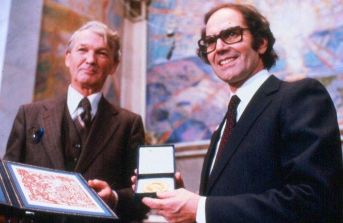 Adolfo Pérez Esquivel al recibir el Premio Nobel de la Paz