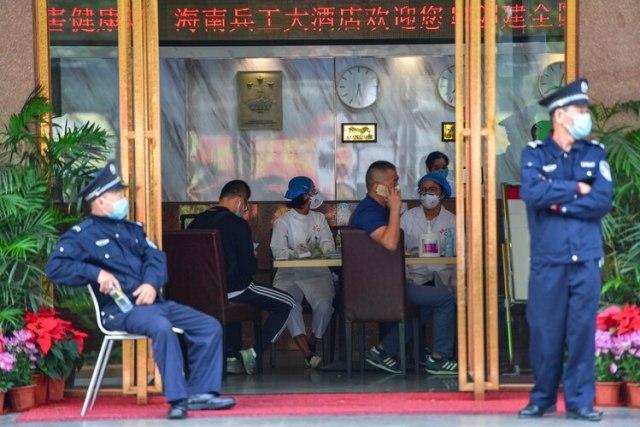 El personal médico es atendido en el vestíbulo de un hotel donde los turistas de la provincia de Hubei, el centro del brote de coronavirus, tendrán una observación médica centralizada de 14 días, en Haikou, provincia de Hainan, China, el 25 de enero de 2020. (REUTERS)