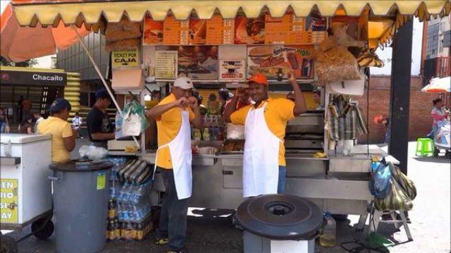 Uno de los clásicos puestos de perros calientes de Caracas