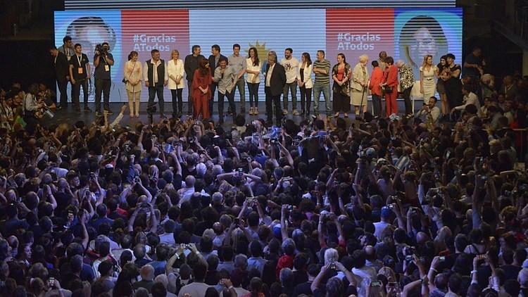 El presidente electo celebró el triunfo sobre el escenario junto a Cristina Kirchner, Axel Kicillof, Verónica Magario, Sergio Massa y Máximo Kirchner