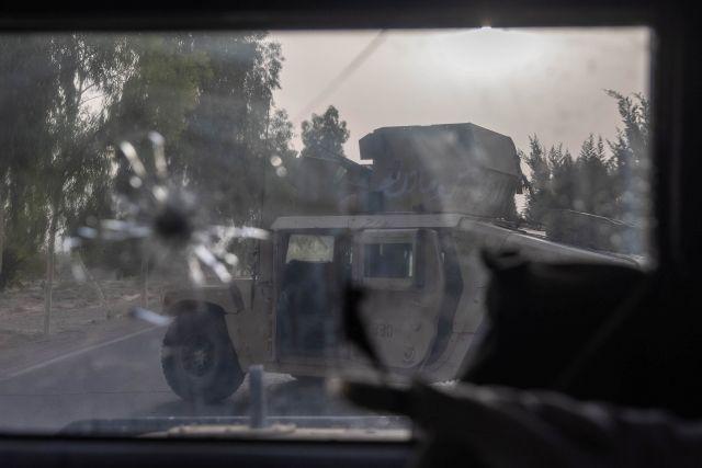 Un humvee de las fuerzas especiales afganas se ve destruido durante los fuertes enfrentamientos con los talibanes durante la misión de rescate de un oficial de policía asediado en un puesto de control, en la provincia de Kandahar, Afganistán, el 13 de julio de 2021.