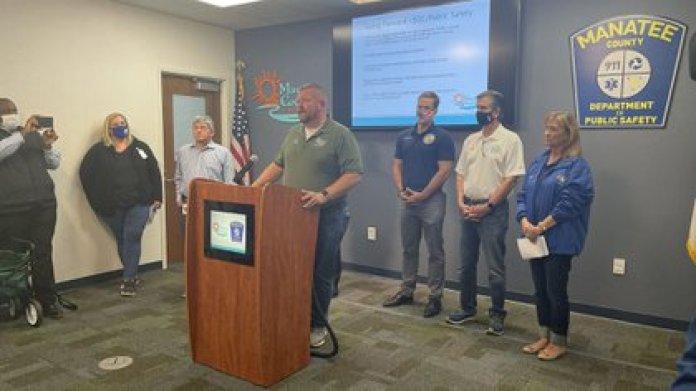 Autoridades del condado de Manatee actualizando la información del derrame en conferencia de prensa