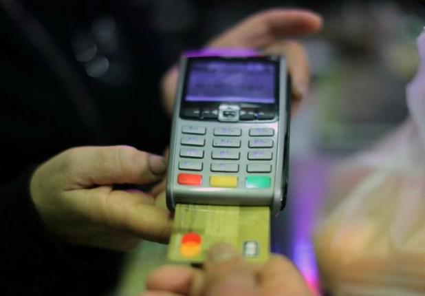 Las operaciones a través de tarjetas de crédito registraron un saldo de $930.732 millones, con una suba de 2% respecto al cierre del mes pasado.  REUTERS/Eric Gaillard