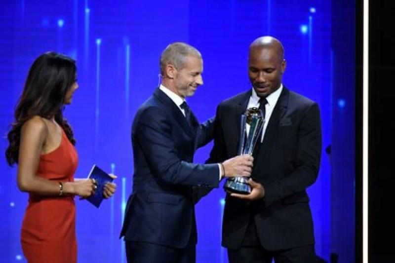 Aleksander Ceferin, presidente de la UEFA, entregó un premio especial a Didier Drogba (REUTERS)