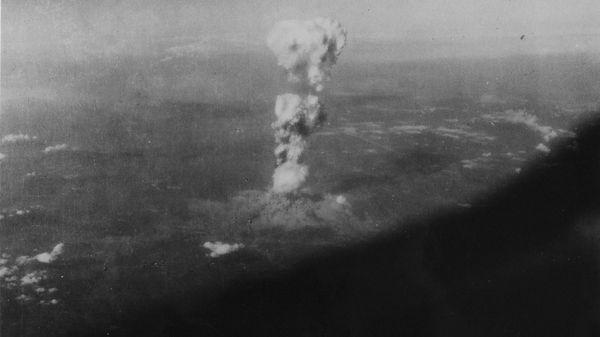 El hongo infernal sobre Hiroshima, visto desde el aire (EFE)