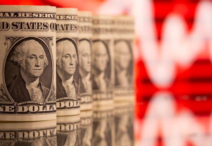 FOTO DE ARCHIVO: Billetes de dólar frente a un gráfico de cotización en esta imagen de ilustración tomada el 8 de febrero de 2021. REUTERS/Dado Ruvic