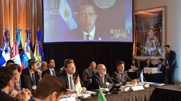 El presidente interino Juan Guaidó se comunica desde la embajada Argentina en Caracas con el Grupo de Lima. (Cancillería)