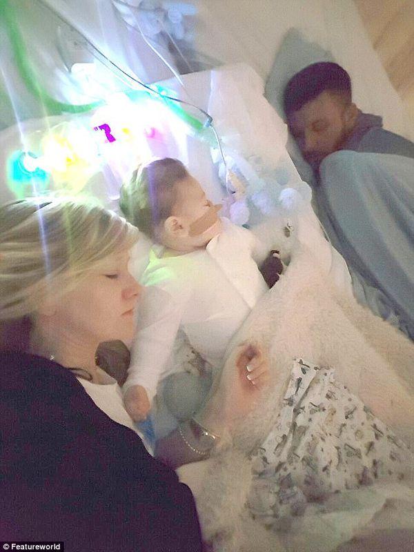 """""""Pasando las últimas horas con Charlie"""" escribieron los padres del bebé en su última publicación en Facebook"""
