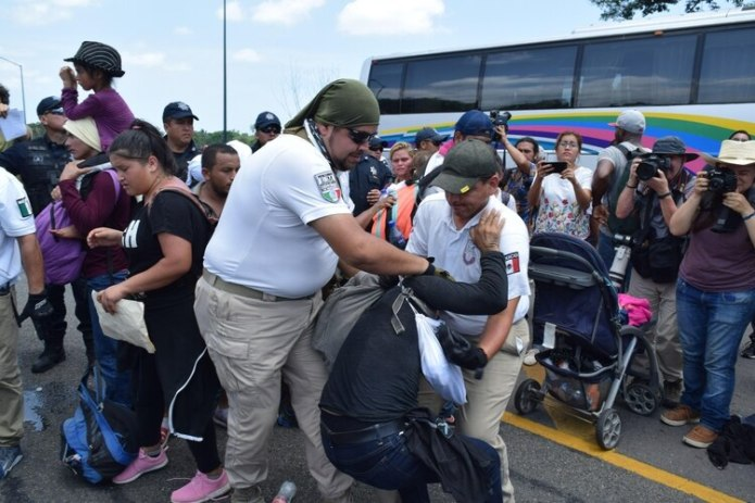 MEX050.  TAPACHULA (MEXICO), 05/06 / 2019.- Elements of the National Institute of Migration (INAMI), and federal police detain Central American migrants this Wednesday, in the city of Tapachula in the state of Chiapas (Mexico).  Mexican federal and migratory authorities stopped a caravan of some 500 Central American migrants that entered the southern border of Mexico and was destined for the United States, local media reported.  EFE / José Torres