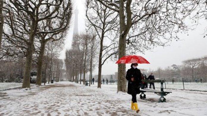 Treinta y dos departamentos, incluyendo París y toda Ile-de-France, están en alerta de nieve por el servicio Meteo-France (Ludovic MARIN / AFP)