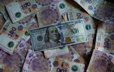 Lo que hace la restricción de ventas de dólares es obligarle a las personas a demandar pesos. Sin embargo, también genera complicaciones para el ingreso de los dólares (Reuters/Agustin Marcarian)