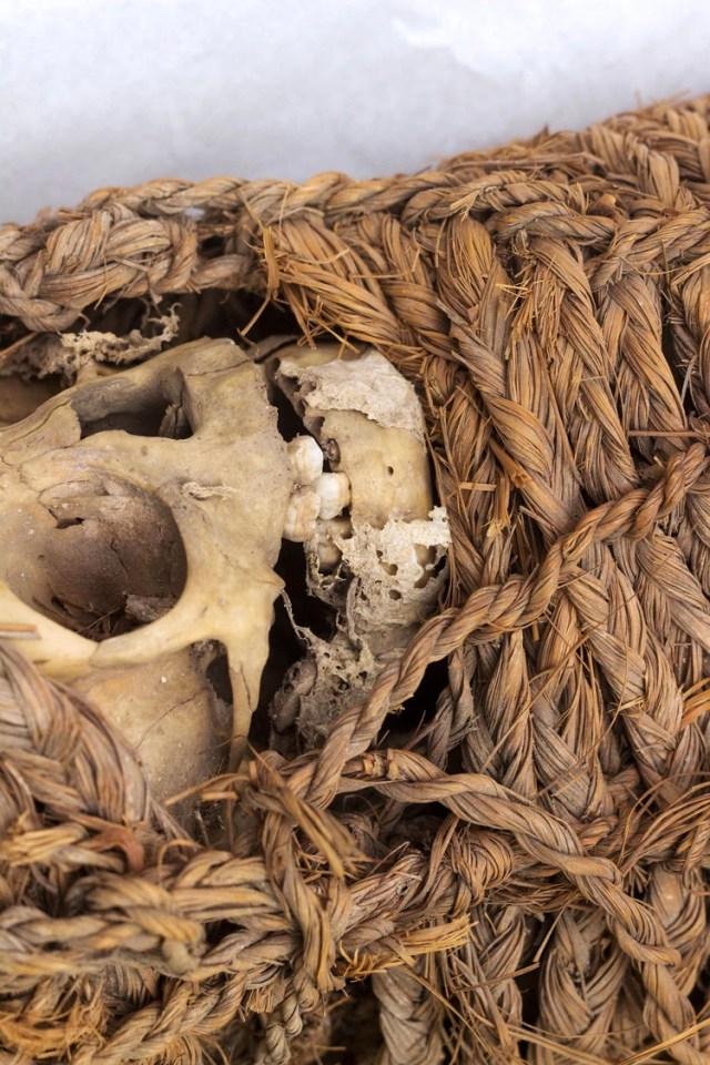 Este vestigio de los ritos funerarios de las civilizaciones del Antiguo Perú es posiblemente de origen aimara, población indígena que se ubica en el altiplano peruano, a orillas del río Titicaca y en la frontera con Bolivia
