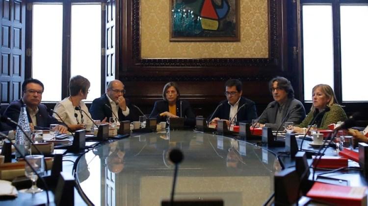 Forcadell junto a otros parlamentarios en una reunión tras la disolución del órgano legislativo (AP)