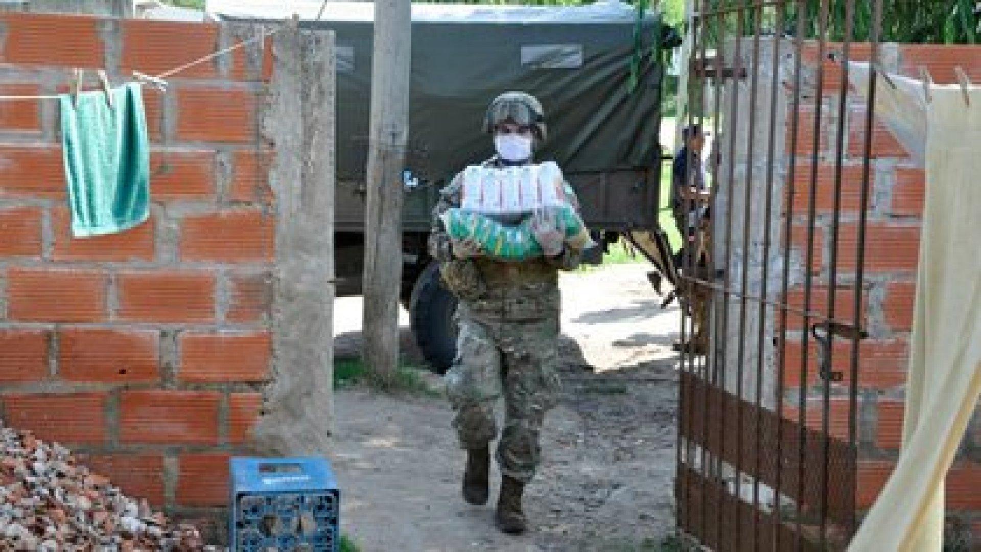 Las Fuerzas Armadas distribuyen alimentos a los sectores más carenciados del Conurbano Bonaerense (EMCO, Estado Mayor Conjunto)