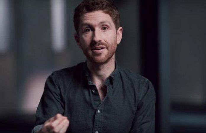 Tristan Harris es conocido por ser un crítico acérrimo de lo que describe como el diseño adictivo que se emplean en las plataformas para cautivar la atención constante de los usuarios.