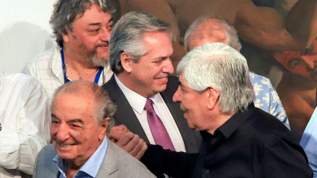 El presidente electo Alberto Fernández saluda a Hugo Moyano durante una visita a la Confederación General del Trabajo (Foto NA: Hugo Villalobos)