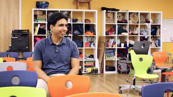 Sal Khan en su escuela laboratorio