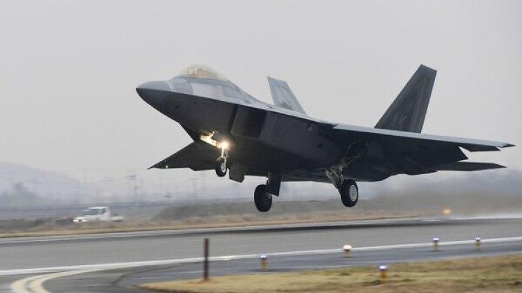 Un F-22 Raptor despegando para participar de las maniobras (AFP)