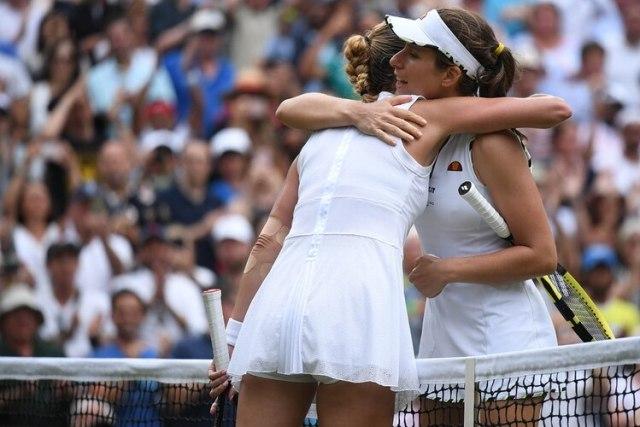 La tenista británica Johanna Konta y la checa Petra Kvitova con sus conjuntos blancos para el torneo 2019 de Wimbledon en Londres