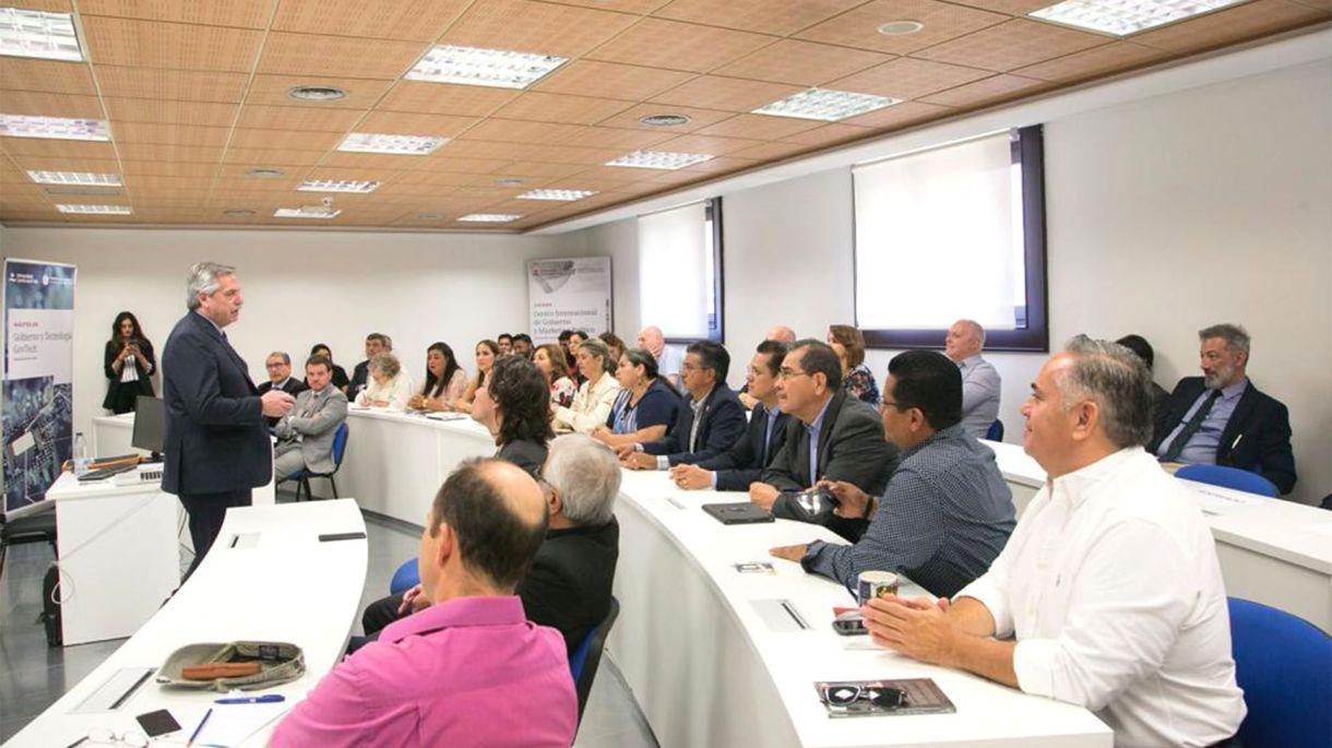 Alberto Fernández habla ante alumnos e invitados en en la universidad madrileña