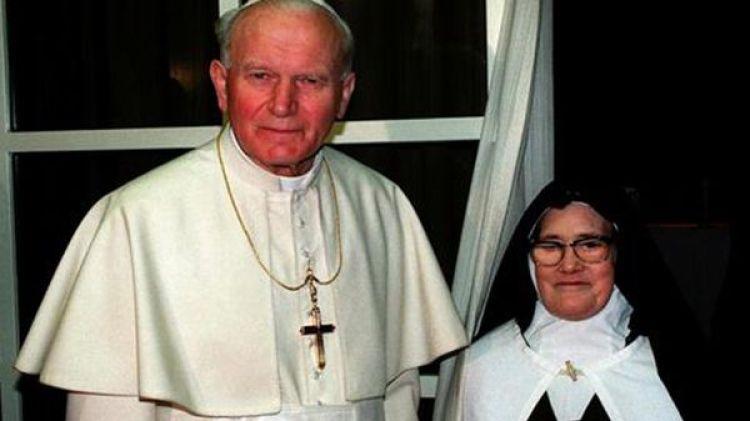 Juan Pablo II y Sor Lucía dos Santos en un encuentro en 1991 (EFE)