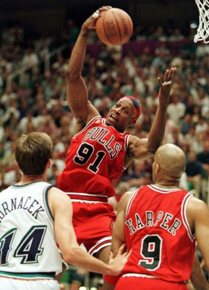 Rodman fue capaz de prescindir de la pelota para jugar junto a Jordan y Pippen. El bajaba los rebotes. Ellos hacían el resto.