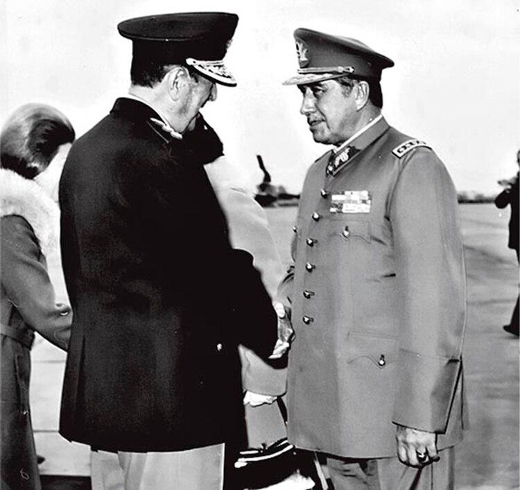 Primer saludo de Juan Perón a Pinochet al llegar a la Base Aérea de Morón.
