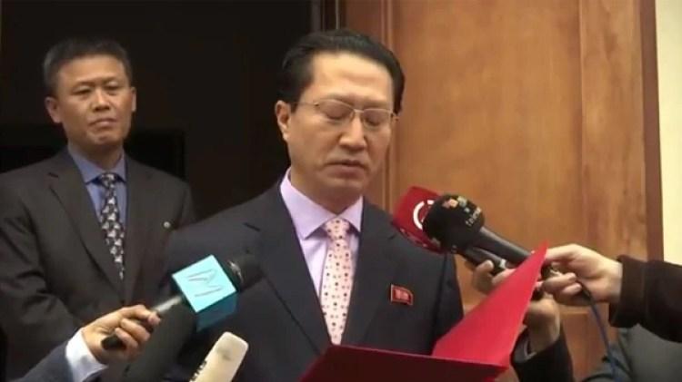 Pal Myong Chol, detrás del entonces embajador norcoreano en Lima, Kim Hak-Chol