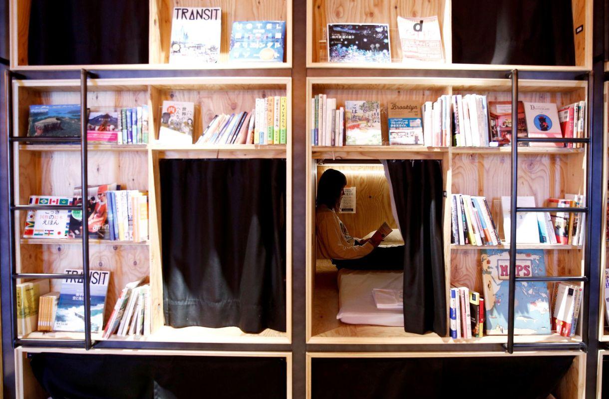 Una mujer leía en su habitación de Book and Bed, una librería de Tokio que también ofrece otros servicios como cafetería y alojamiento, el 14 de septiembre de 2018. /Kim Kyung-Hoon/Reuters/