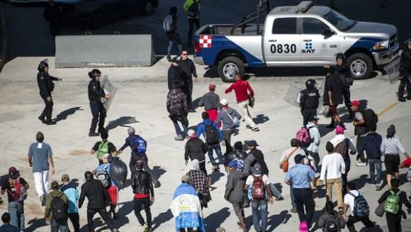 Los migrantes intentaron ingresar por la fuerza (AFP)