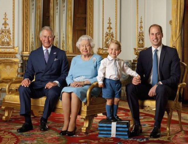 El príncipe Carlos, la reina Isabel, el príncipe George y el príncipe William de Gran Bretaña posan durante una sesión de fotos para conmemorar el 90 cumpleaños de la reina Isabel II, en el Salón Blanco del Palacio de Buckingham, en Londres, Gran Bretaña, en 2015