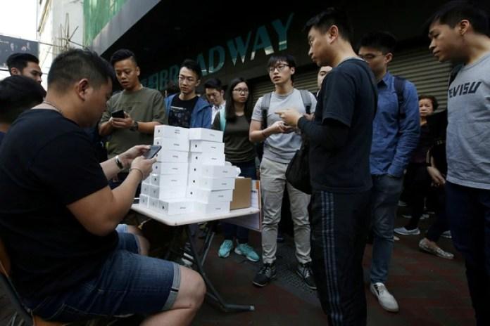 Compradores del nuevo iPhone enHong Kong, China (REUTERS/Bobby Yip)