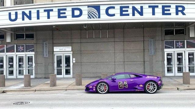 El Lamborghini que homenajea a Kobe Braynt frente al United Center de Chicago, donde se llevó a cabo el All Star Game de la NBA (@kobe24lambo)