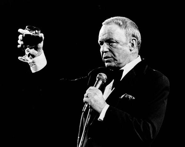 Sinatra tomando una copa durante uno de sus conciertos en Las Vegas