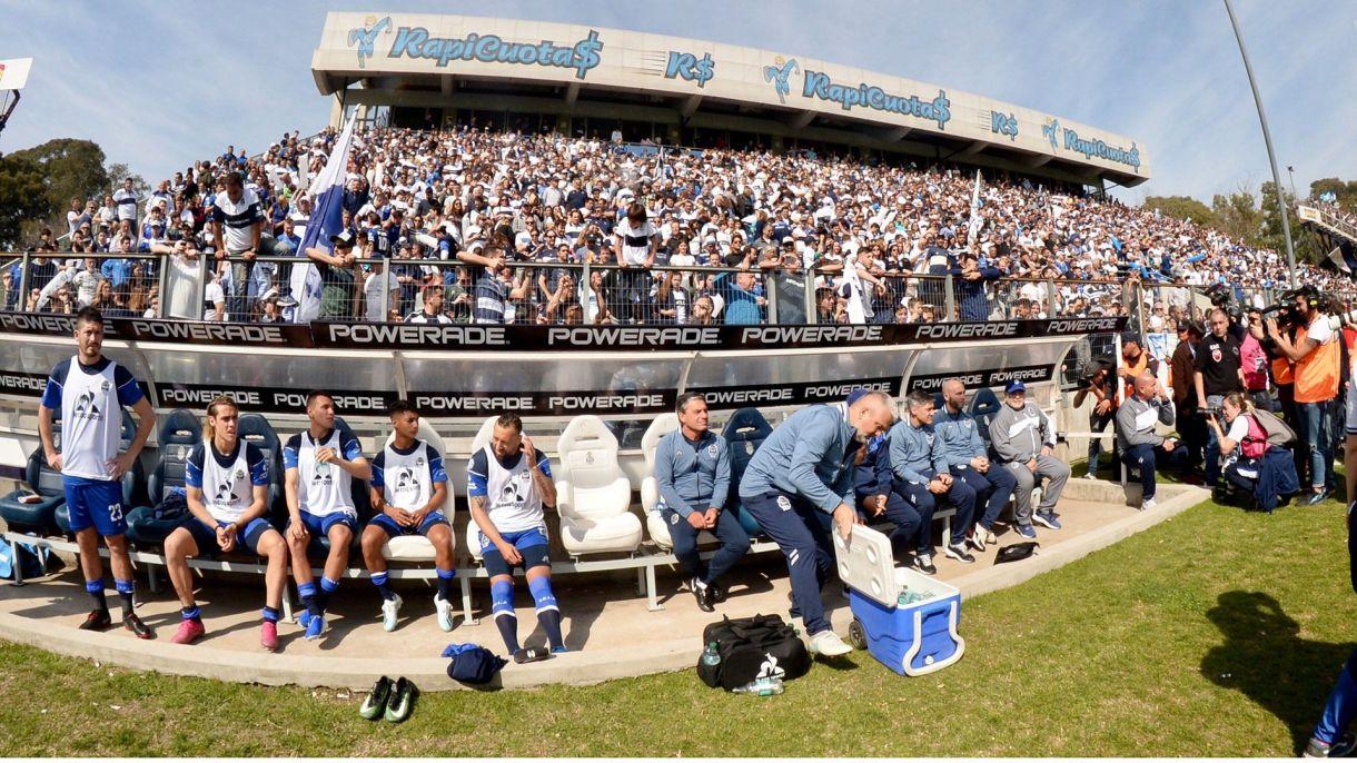 El banco del local, presidido por Diego Maradona, a la derecha. Foto Baires