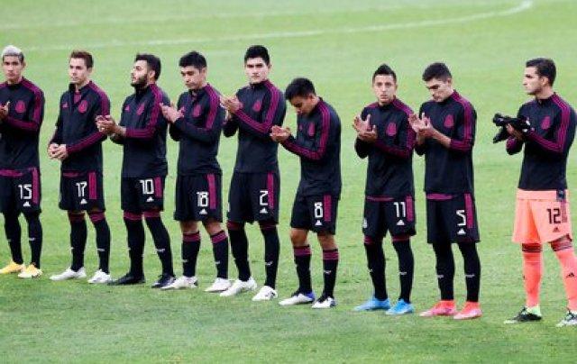 Los jugadores salieron a la cancha para entonar los himnos nacionales previo al juego de semifinales (Foto: REUTERS/Henry Romero)