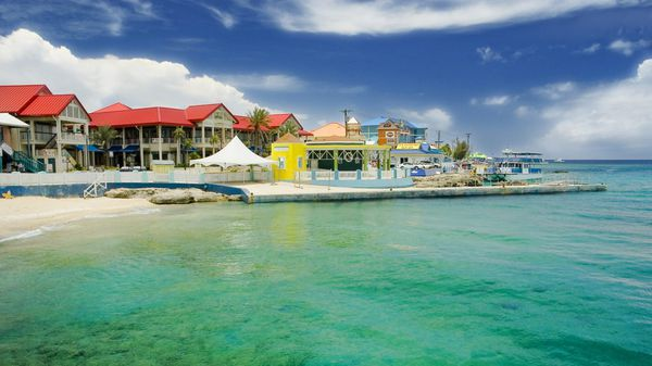 Las Islas Caimán son caribeñas pero por su historia cuentan con un innegable encanto británico (istock)
