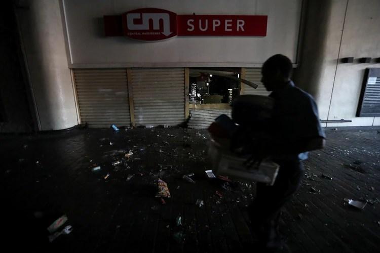 Un empleado limpia un centro comercial atacado el domingo