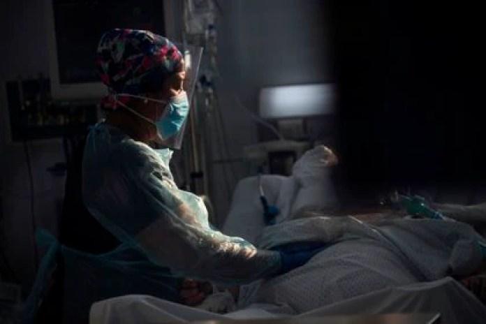 Personal sanitario atiende a un paciente afectado por la COVID-19, en la Unidad de Cuidados Intensivos del Hospital Clínico de la Universidad de Chile, en Santiago (EFE/ Alberto Valdes/Archivo)