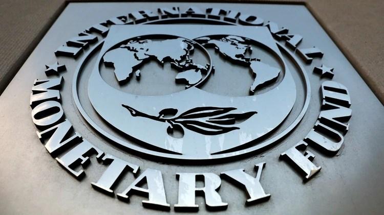 El logotipo del Fondo Monetario Internacional (FMI) se ve fuera del edificio de la sede en Washington, Estados Unidos (REUTERS/Yuri Gripas)