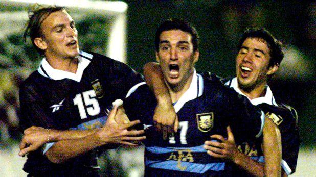 Lionel Scaloni, el capitán del equipo de Pékerman, festeja su gol contra Uruguay en el partido por el cuadrangular final del torneo (Reuters)