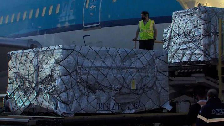 Llegada del vuelo proveniente de Holanda con 864 mil dosis de la vacuna Covishield