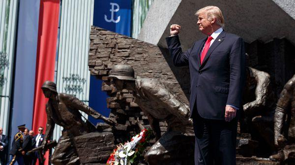 Trump habló frente al Monumento al Alazamiento de Varsovia, durante la Segunda Guerra Mundial (AP)