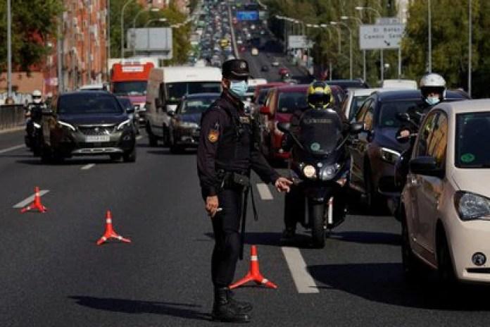 Un agente de la Policía Nacional Española con una mascarilla protectora en un puesto de control de tráfico durante el confinamiento parcial en medio del brote de coronavirus, en Madrid, España, 9 de octubre de 2020. REUTERS/Juan Medina/Foto de archivo