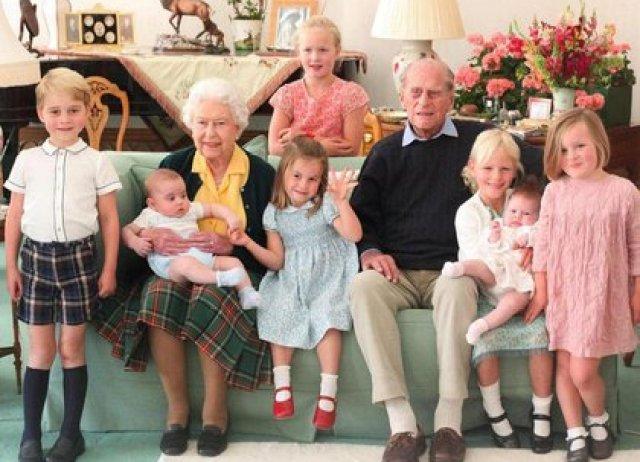 Una foto inédita del duque y la reina Isabel II junto a 7 de sus 10 bisnietos tomada, en 2018