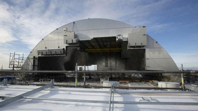 El enorme sarcófago de cemento que se inauguró en 2016 para volver a cubrir el reactor dañado y evitar que continúe afectando el entorno con su radiación (AFP)