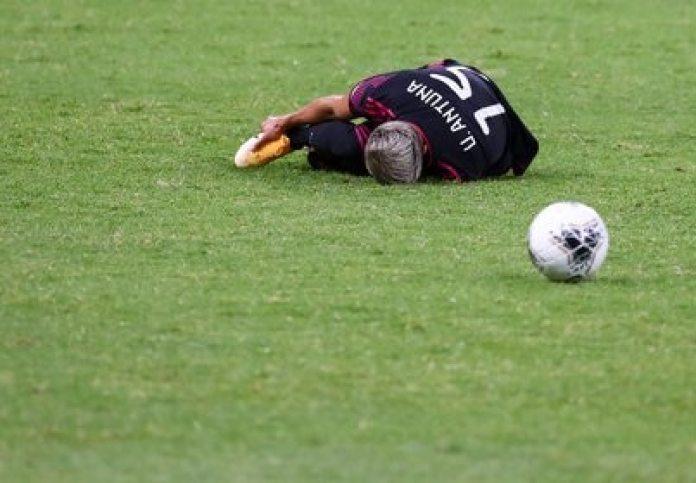 Sin complicaciones Antuna continuó jugando luego de recibir un pisotón por el número 7 de Canadá (Foto: REUTERS/Henry Romero)