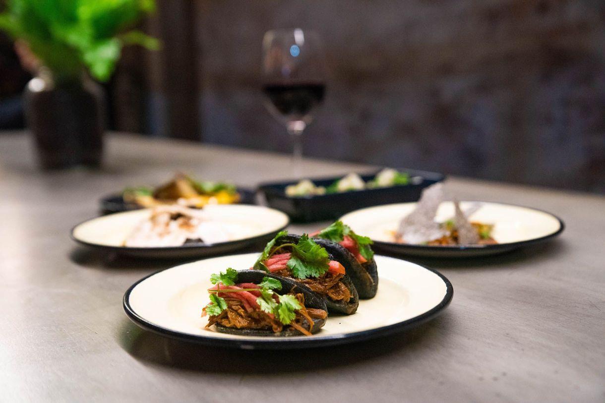 El preferido: el bao negro relleno de cerdo braseado, mostaza, manzana y cilantro